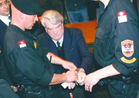 Handcuffs are removed from David Irving before February 2006 trial