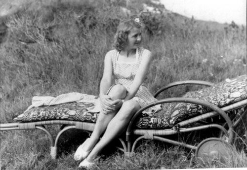 http://www.fpp.co.uk/Hitler/Eva_Braun/images/Eva_Braun_seated.jpg